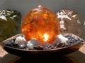 Fuente de Agua agua presenta una esfera de color ambar